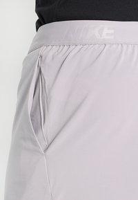 Nike Performance - VENT MAX - Sports shorts - atmosphere grey/black - 3