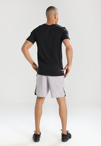Nike Performance - VENT MAX - Sports shorts - atmosphere grey/black - 2