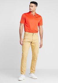 Nike Golf - FLEX PANT SLIM 5 POCKET - Pantalons outdoor - club gold/wolf grey - 1
