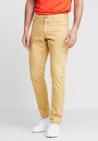Nike Golf - FLEX PANT SLIM 5 POCKET - Pantalons outdoor - club gold/wolf grey - 0