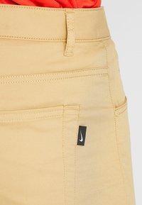 Nike Golf - FLEX PANT SLIM 5 POCKET - Pantalons outdoor - club gold/wolf grey - 4