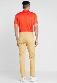 Nike Golf - FLEX PANT SLIM 5 POCKET - Pantalons outdoor - club gold/wolf grey - 2