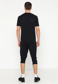 Nike Performance - DRY ACADEMY18 PANT - Pantalón 3/4 de deporte - black/white - 2