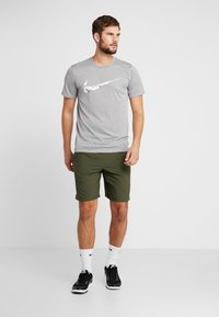 Nike Performance - SHORT - Pantalón corto de deporte - cargo khaki/black - 1