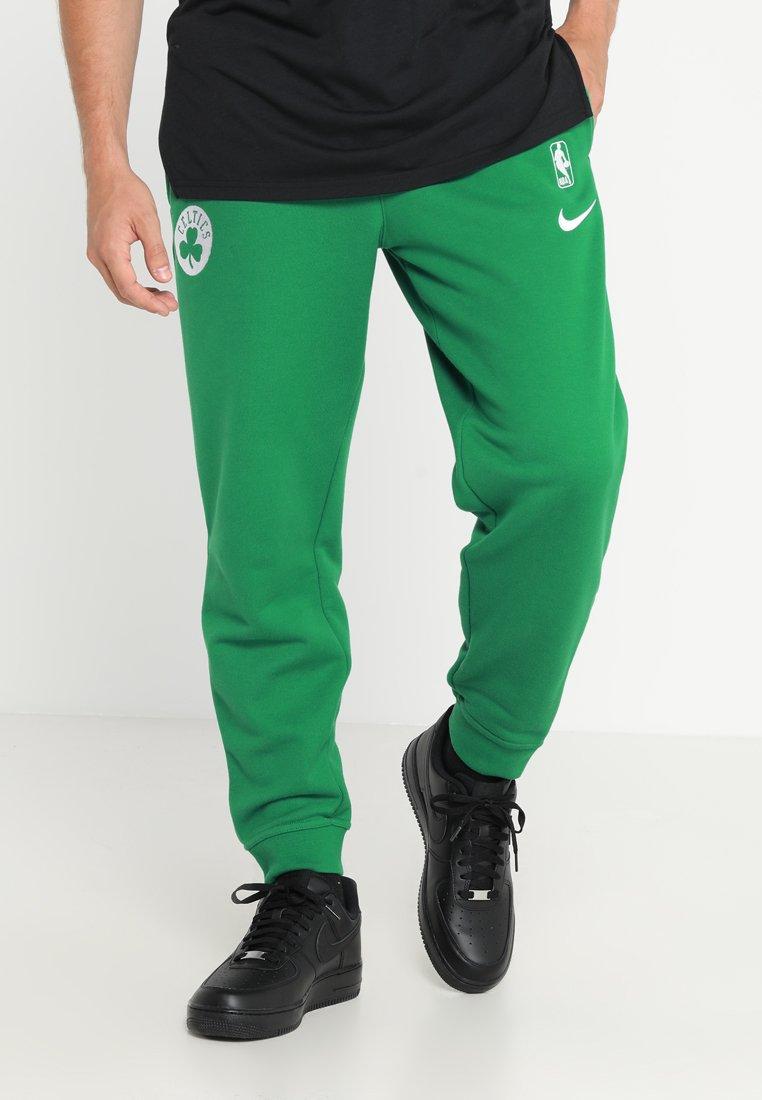 Nike Performance - BOSTON CELTICS NBA SNAP PANT COURTSIDE - Jogginghose - clover/white
