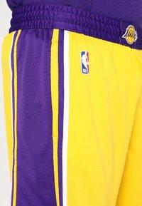 Nike Performance - LA LAKERS NBA SWINGMAN SHORT - Pantaloncini sportivi - amarillo/field purple/white - 5