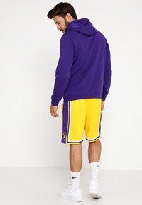 Nike Performance - LA LAKERS NBA SWINGMAN SHORT - Pantaloncini sportivi - amarillo/field purple/white - 2