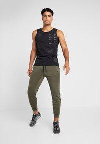 Nike Performance - PANT TAPER - Pantalon de survêtement - cargo khaki/black - 1