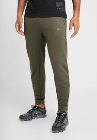 Nike Performance - PANT TAPER - Pantalon de survêtement - cargo khaki/black - 0