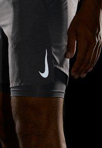 Nike Performance - CHALLENGER SHORT  - Urheilushortsit - gunsmoke/silver - 4