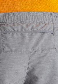 Nike Performance - CHALLENGER SHORT - Pantalón corto de deporte - gunsmoke/heather/silver - 6