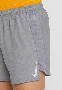 Nike Performance - CHALLENGER SHORT - Pantalón corto de deporte - gunsmoke/heather/silver - 3