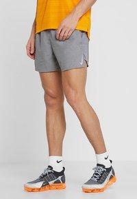 Nike Performance - CHALLENGER SHORT - Pantalón corto de deporte - gunsmoke/heather/silver - 0