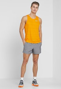Nike Performance - CHALLENGER SHORT - Pantalón corto de deporte - gunsmoke/heather/silver - 1