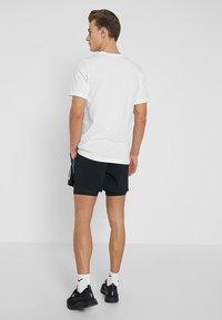 Nike Performance - STRIDE SHORT  - kurze Sporthose - black/black/reflective silver - 2