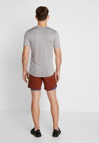 Nike Performance - STRIDE SHORT  - Träningsshorts - cinnamon/sanded purple/reflective silver - 2