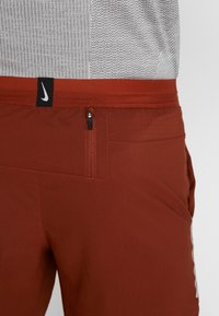 Nike Performance - STRIDE SHORT  - Träningsshorts - cinnamon/sanded purple/reflective silver - 5