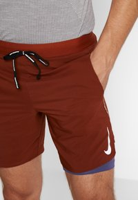Nike Performance - STRIDE SHORT  - Träningsshorts - cinnamon/sanded purple/reflective silver - 3