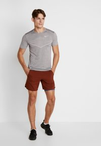 Nike Performance - STRIDE SHORT  - Träningsshorts - cinnamon/sanded purple/reflective silver - 1