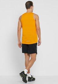 Nike Performance - STRIDE SHORT  - Sportovní kraťasy - black/silver - 2