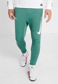 Nike Performance - FC PANT - Teplákové kalhoty - bicoastal/white - 5