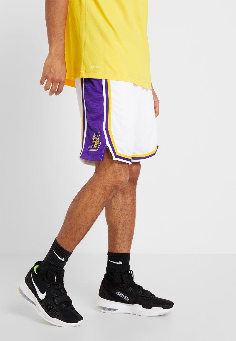 Nike Performance - SWINGMAN LAKERS  - Short de sport - white/field purple