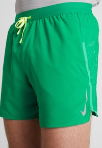 Nike Performance - AIR FLEX STRIDE - Träningsshorts - lucid green/silver - 6