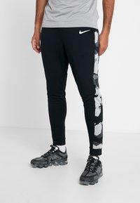 Nike Performance - CAMO - Pantalones deportivos - black/smoke grey/white - 0