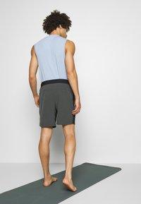 Nike Performance - SHORT YOGA - Pantalón corto de deporte - black/iron grey - 2