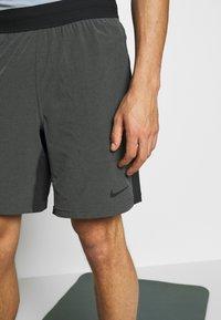 Nike Performance - SHORT YOGA - Pantalón corto de deporte - black/iron grey - 4
