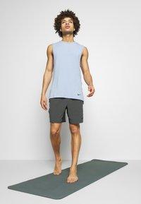 Nike Performance - SHORT YOGA - Pantalón corto de deporte - black/iron grey - 1