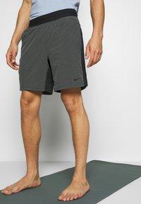 Nike Performance - SHORT YOGA - Pantalón corto de deporte - black/iron grey - 0