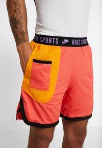 Nike Performance - Krótkie spodenki sportowe - ember glow/kumquat/black/bright violet - 5
