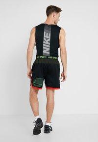 Nike Performance - Short de sport - black/sequoia/habanero red/electric green - 2