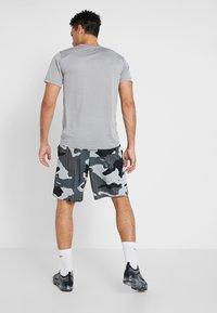 Nike Performance - Korte broeken - light smoke grey/white - 2