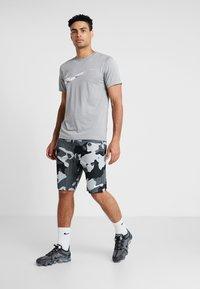 Nike Performance - Korte broeken - light smoke grey/white - 1