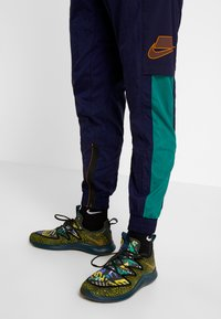 Nike Performance - FLEX PANT - Joggebukse - blackened blue/kumquat - 4