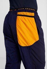 Nike Performance - FLEX PANT - Joggebukse - blackened blue/kumquat - 6