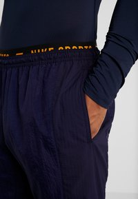 Nike Performance - FLEX PANT - Joggebukse - blackened blue/kumquat - 3