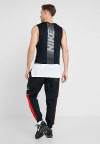 Nike Performance - FLEX PANT - Teplákové kalhoty - black/sequoia/habanero red/electric green - 2