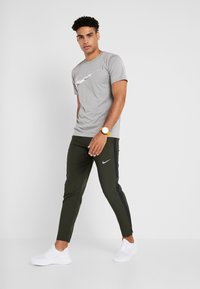 Nike Performance - RUN STRIPE PANT - Pantalones deportivos - sequoia/reflective silver - 1