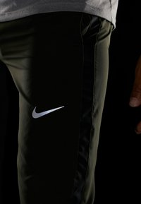 Nike Performance - RUN STRIPE PANT - Pantalones deportivos - sequoia/reflective silver - 4