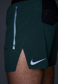 Nike Performance - SHORT - Träningsshorts - galactic jade/blackreflective black - 4