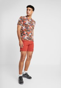 Nike Performance - FLEX REPEL SHORT - Pantalón corto de deporte - dune red - 1