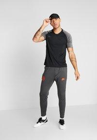 Nike Performance - CHELSEA LONDON FC DRY PANT - Fanartikel - anthracite/black/rush orange - 1