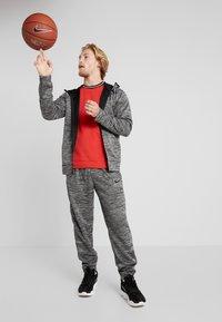 Nike Performance - M NK SPOTLIGHT PANT - Pantalones deportivos - black heather/black - 1