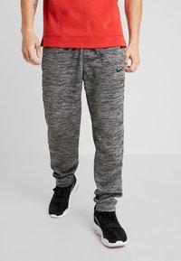Nike Performance - M NK SPOTLIGHT PANT - Pantalones deportivos - black heather/black - 0