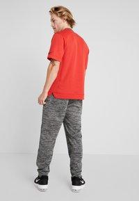 Nike Performance - M NK SPOTLIGHT PANT - Pantalones deportivos - black heather/black - 2