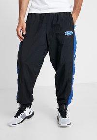 Nike Performance - THROWBACK PANT  - Pantalones deportivos - black/game royal - 0
