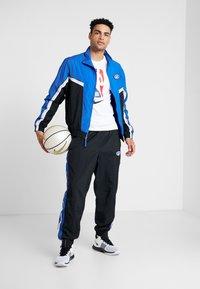 Nike Performance - THROWBACK PANT  - Pantalones deportivos - black/game royal - 1